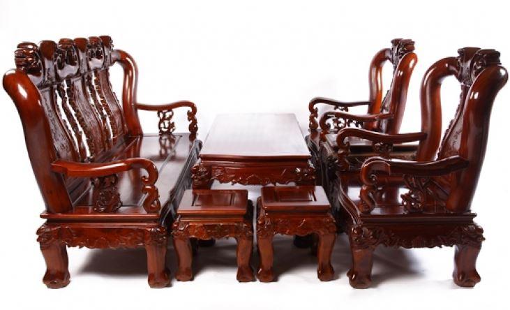 Bàn ghế gỗ tự nhiên với hoa văn thủ công tinh tế và sang trọng
